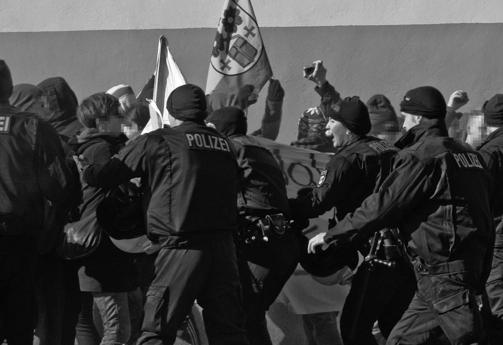 Gegendemonstrant_innen werden von Polizei abgedrängt